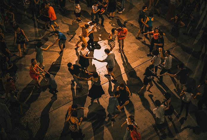 Público bailando música latina con mucho ritmo y sabor - Espectaculos Vertigo